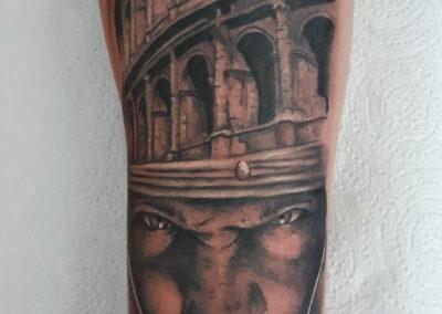 Saúl en Verger Tattoo Rostro guerrero romano y coliseo